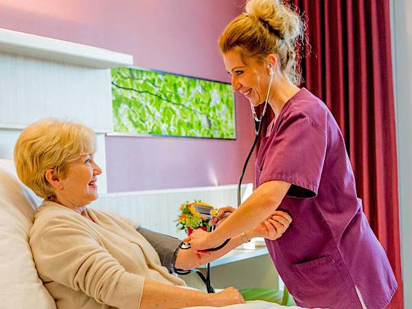 Bergmannsheil und Kinderklinik Buer Krankenschwester mit Patientin